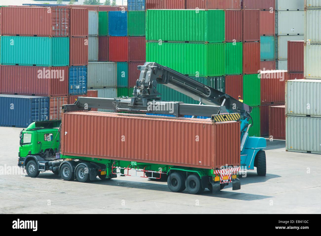 Lifter Umgang mit Containerbeladung Kasten LKW Kran Stockfoto, Bild ...