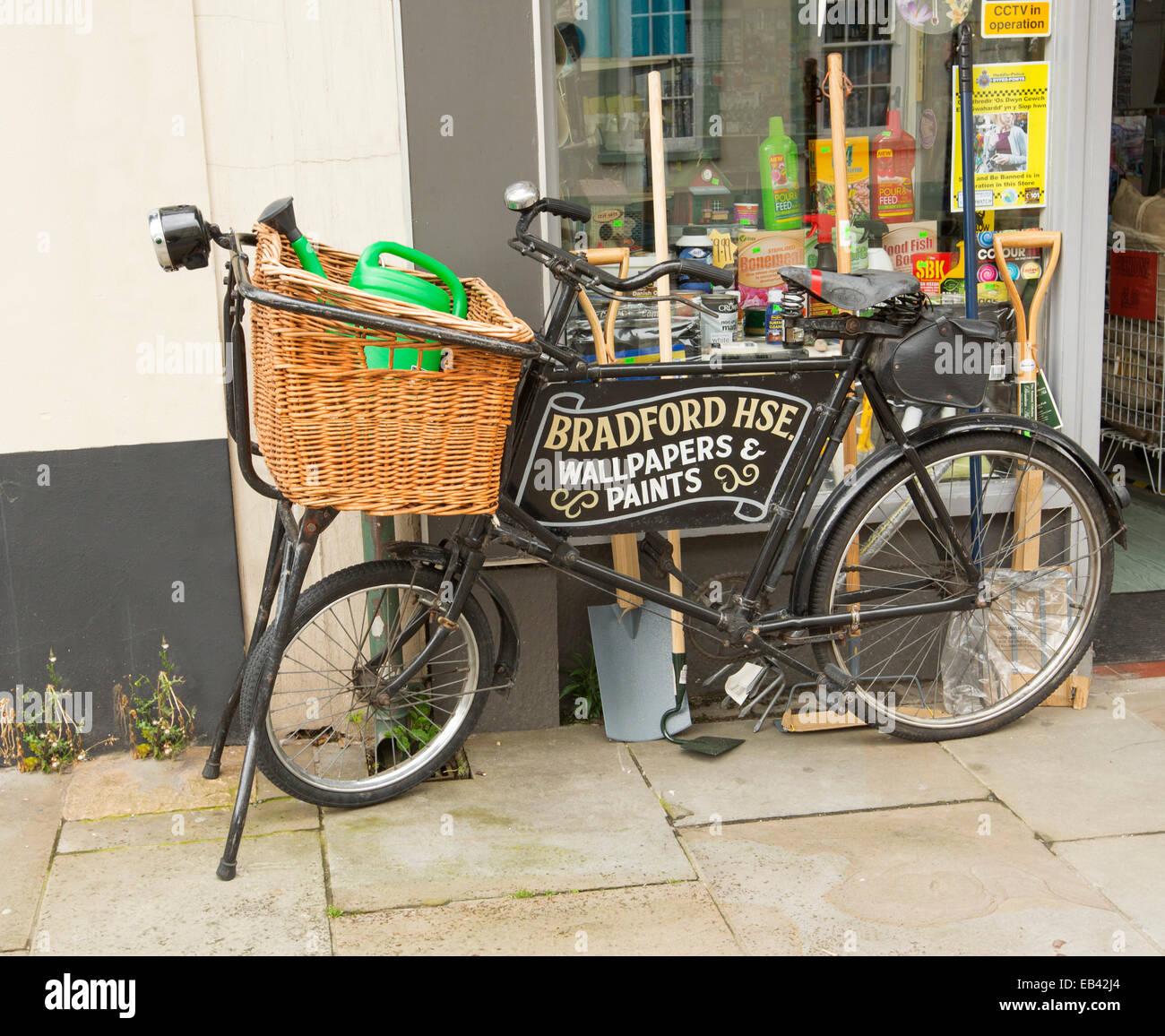 Altes schwarzes Fahrrad mit Lebensmittelladen Weidenkorb ...