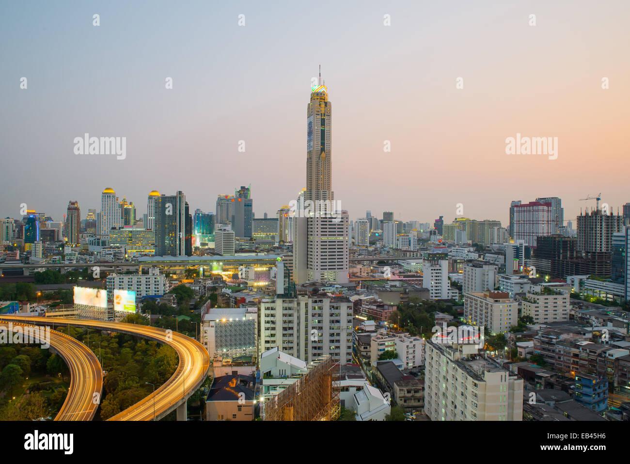 Stadtbild von Bangkok in der Dämmerung mit Hauptverkehr Stockbild