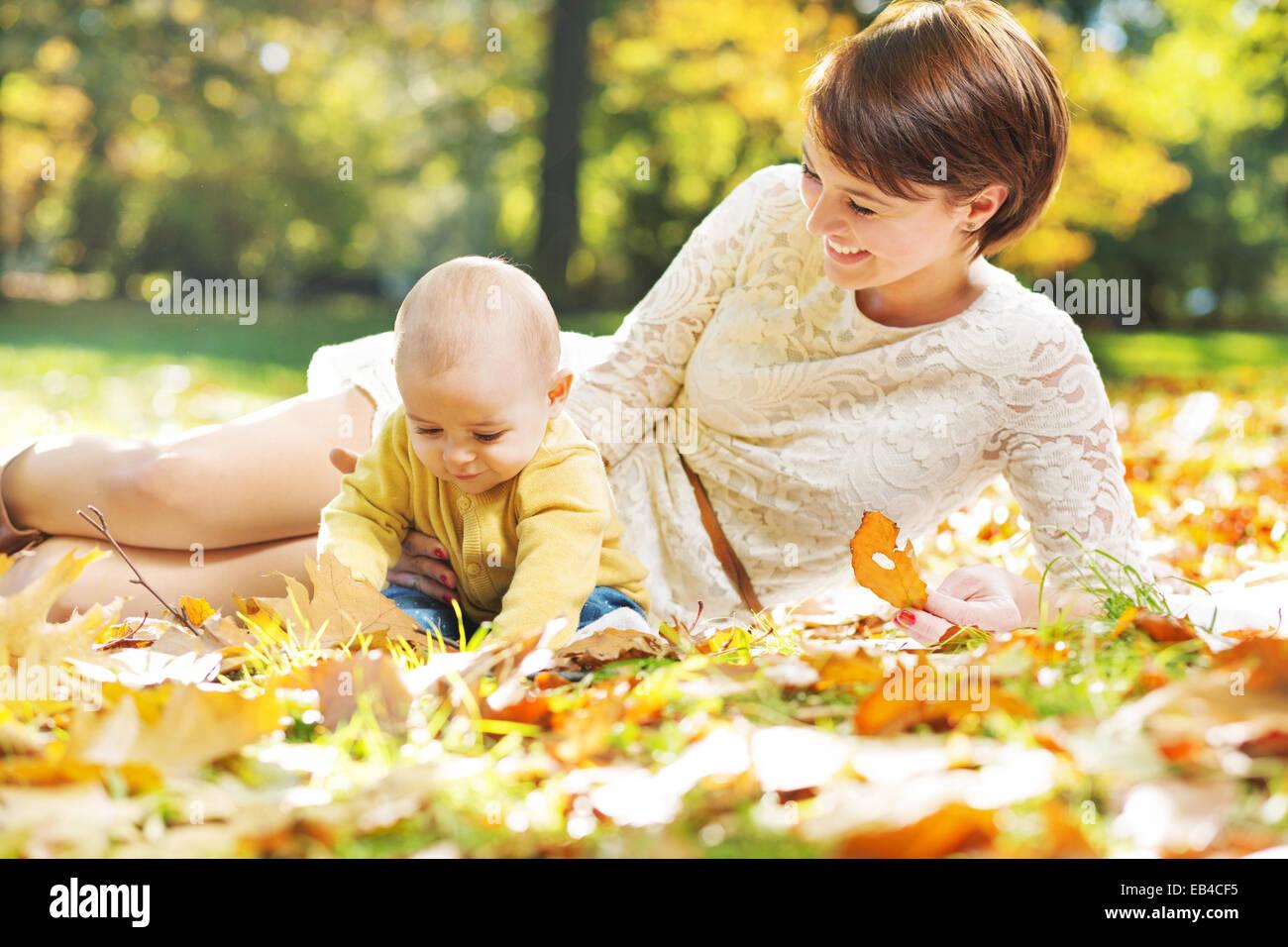 Froh, dass Mama auf der Suche nach ihrem baby Stockbild