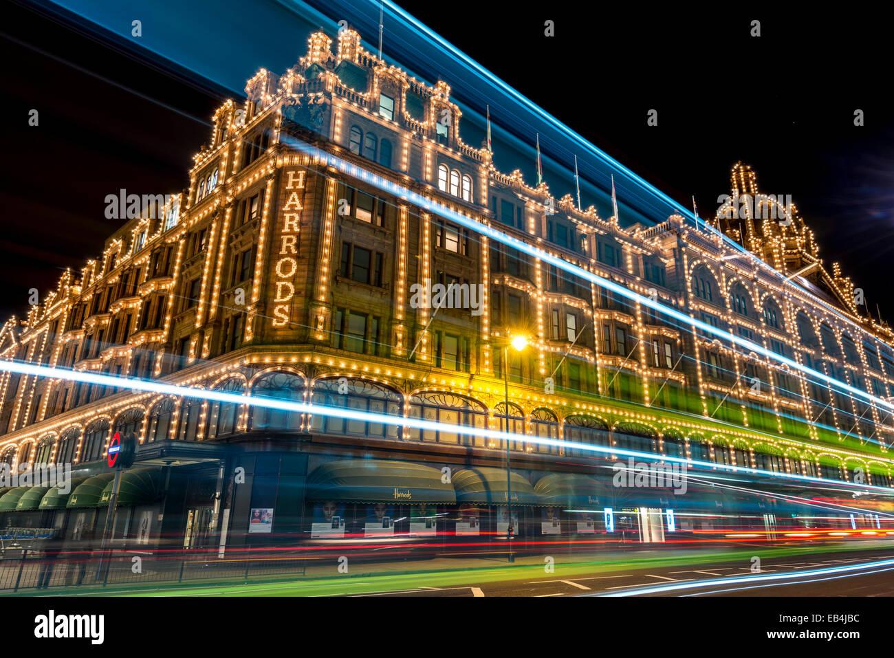 Harrods ist ein Welt berühmten Kaufhaus in Kinightsbridge; Es ist spektakulär in der Nacht beleuchtet Stockbild