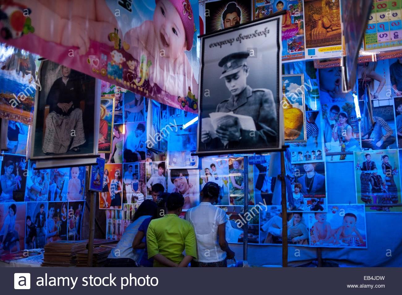 In einem Geschäft verkauft, die Plakate und andere Grafiken für die Dekoration. Stockbild