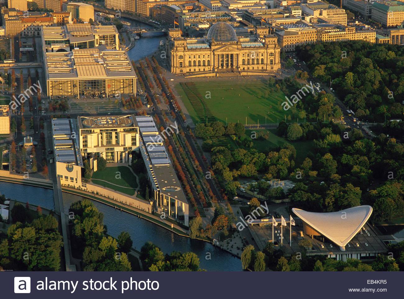 Eine Luftaufnahme von der Band des Bundes oder Band der Föderation und dem Reichstag bei Sonnenuntergang. Stockbild