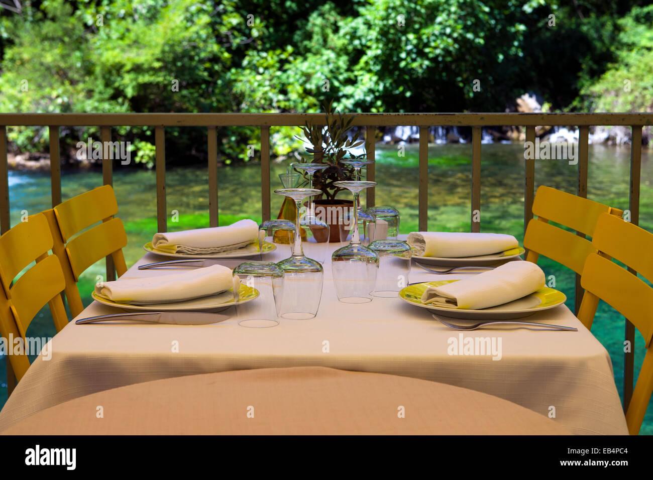 Tisch im Restaurant am Fluss Stockbild