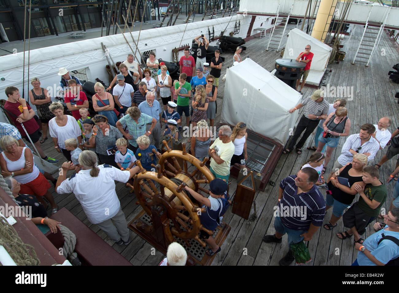 Besucher auf dem Deck die Fregatten Jylland im Rahmen einer ...