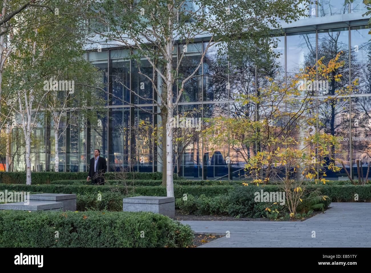 Architektur Bã¼Ro | Mann In Moderner Architektur Buro Garten Mehr London Place London