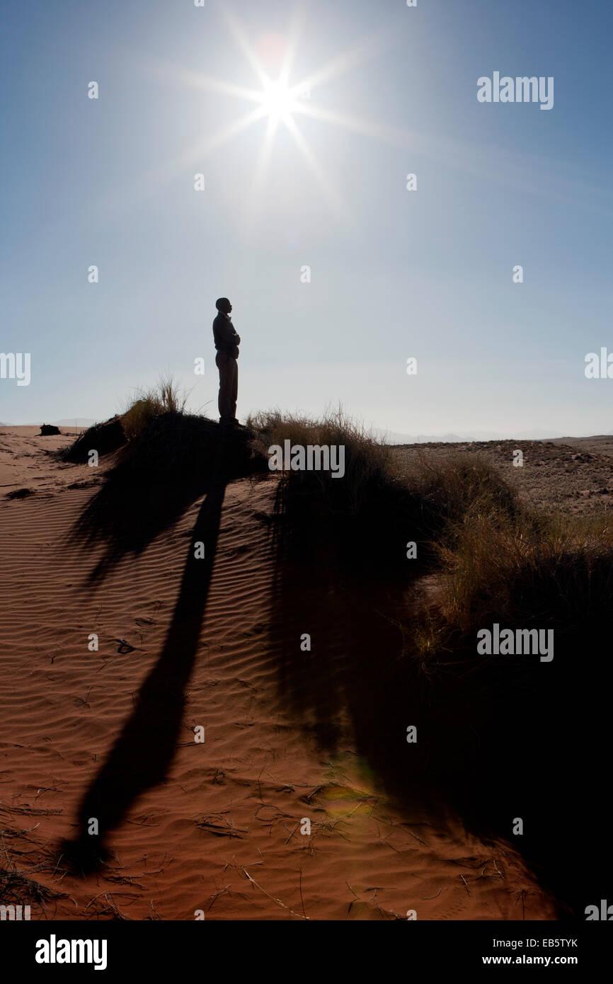 Mann mit langen Schatten in Wolwedans Landschaft - NamibRand Nature Reserve - Hardap Region, Namibia, Afrika Stockbild
