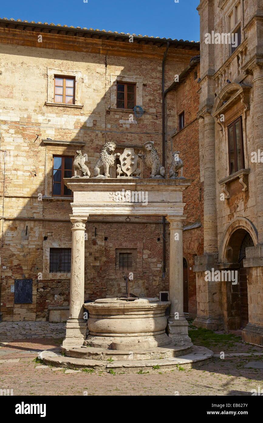 Wasser auch im historischen Dorf von Montepulciano, Italien Stockbild