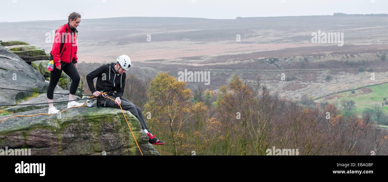 Junge Sportkletterer am birchenfarbig Rand in The Peak District von Derbyshire Stockbild