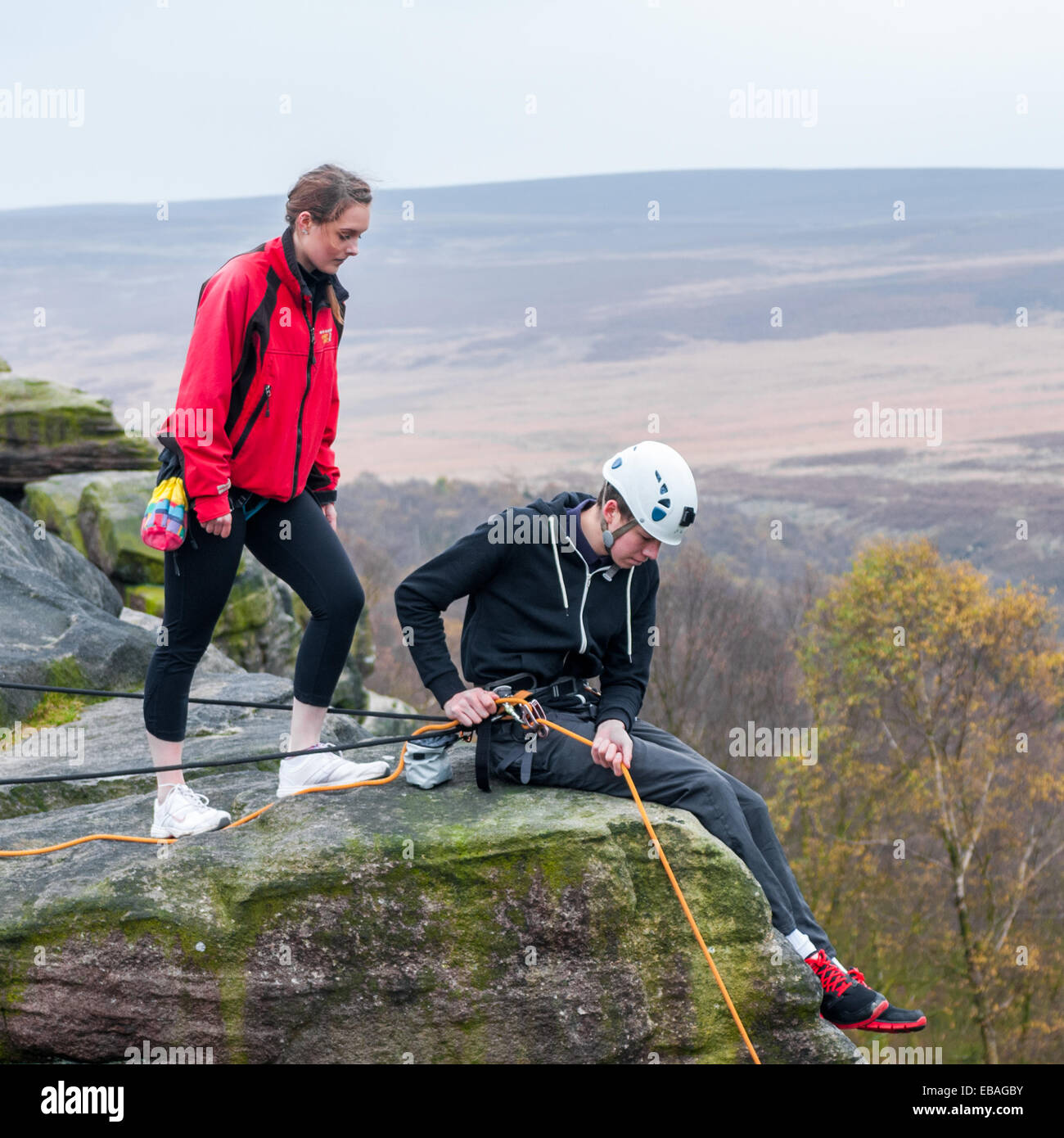 Junge Sportkletterer am birchenfarbig Rand in The Peak District von Derbyshire Stockbild