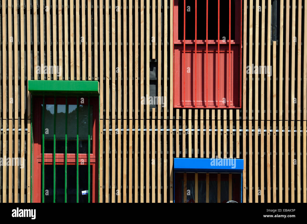Aus Holz oder Holz-Federbeine auf Fachwerk-Bau und Fenster Stockbild