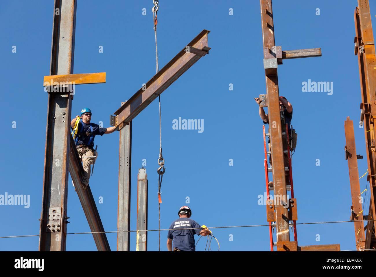 Stahlarbeiter bauen Gebäude Rahmen Träger, Boston, MA Stockfoto ...