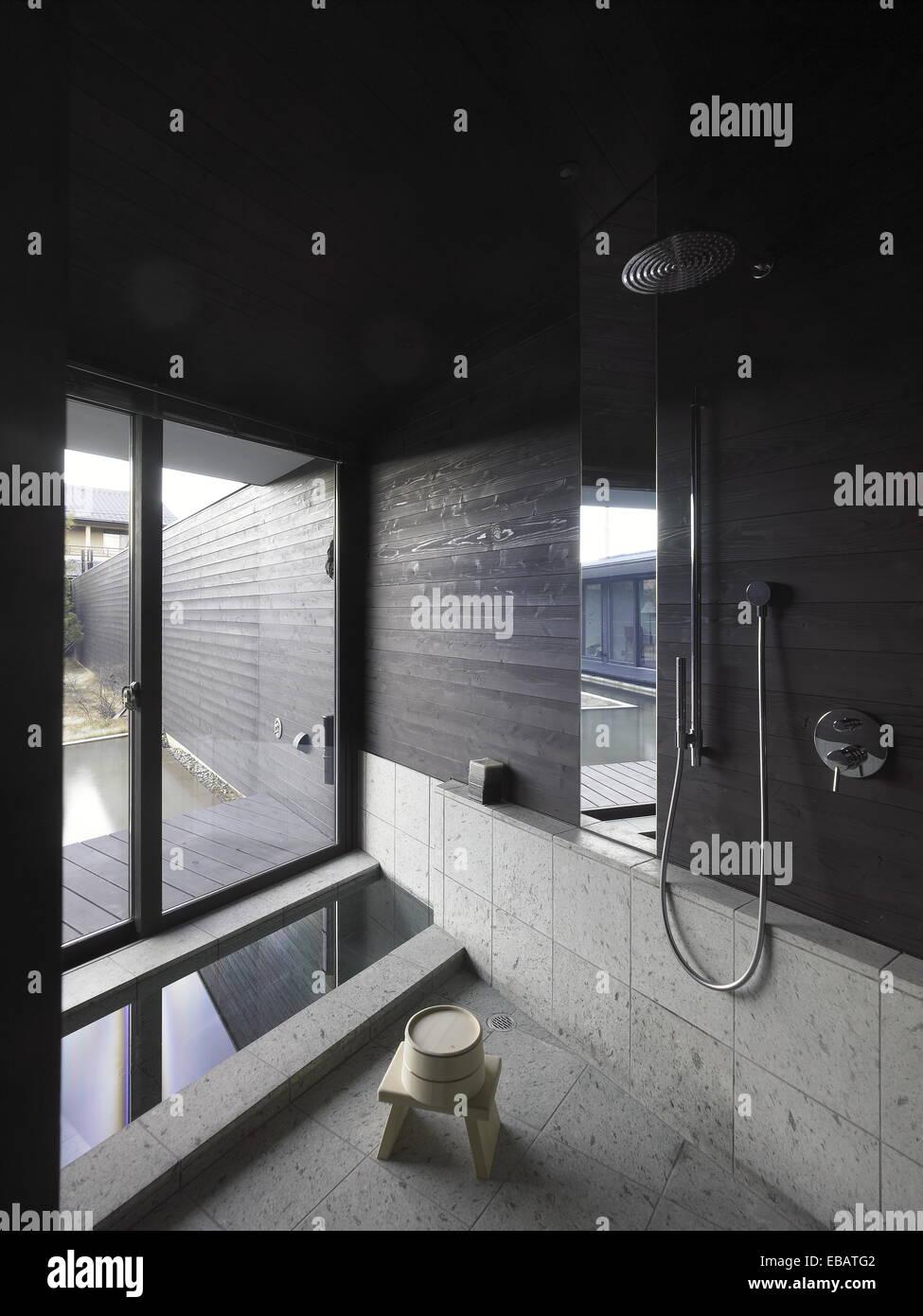 Badezimmer in einem japanischen Haus mit Badewanne und Dusche