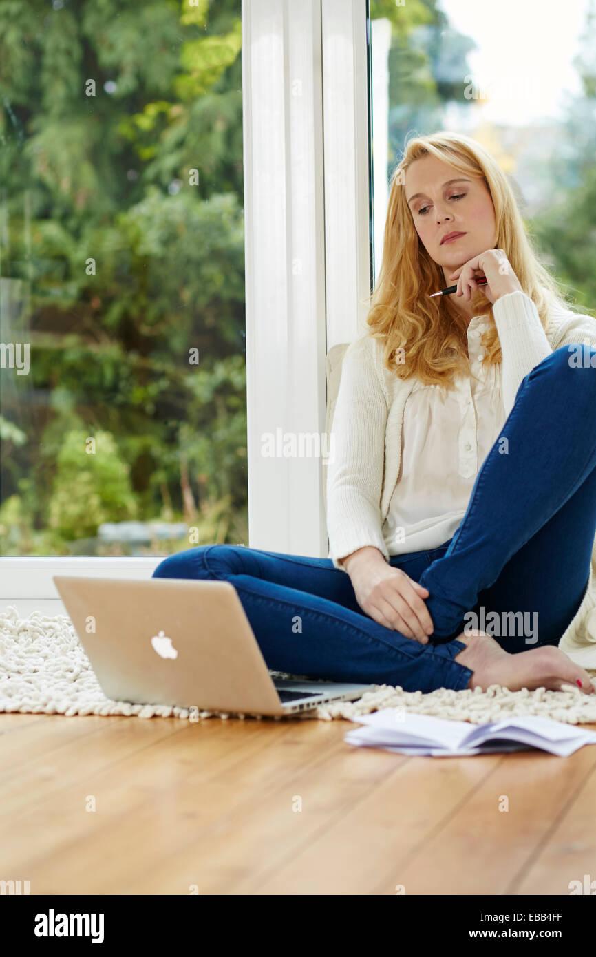Frau von zu Hause aus arbeiten Stockfoto