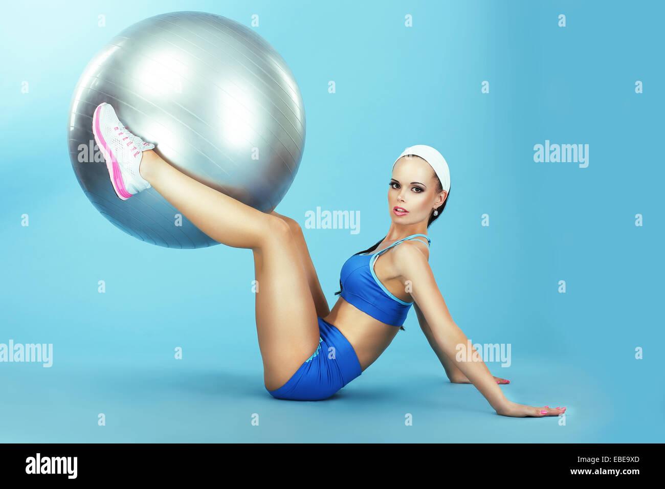 Ausbildung. Leichtathletik. Frau in Sportkleidung mit Fitness-Ball Stockbild