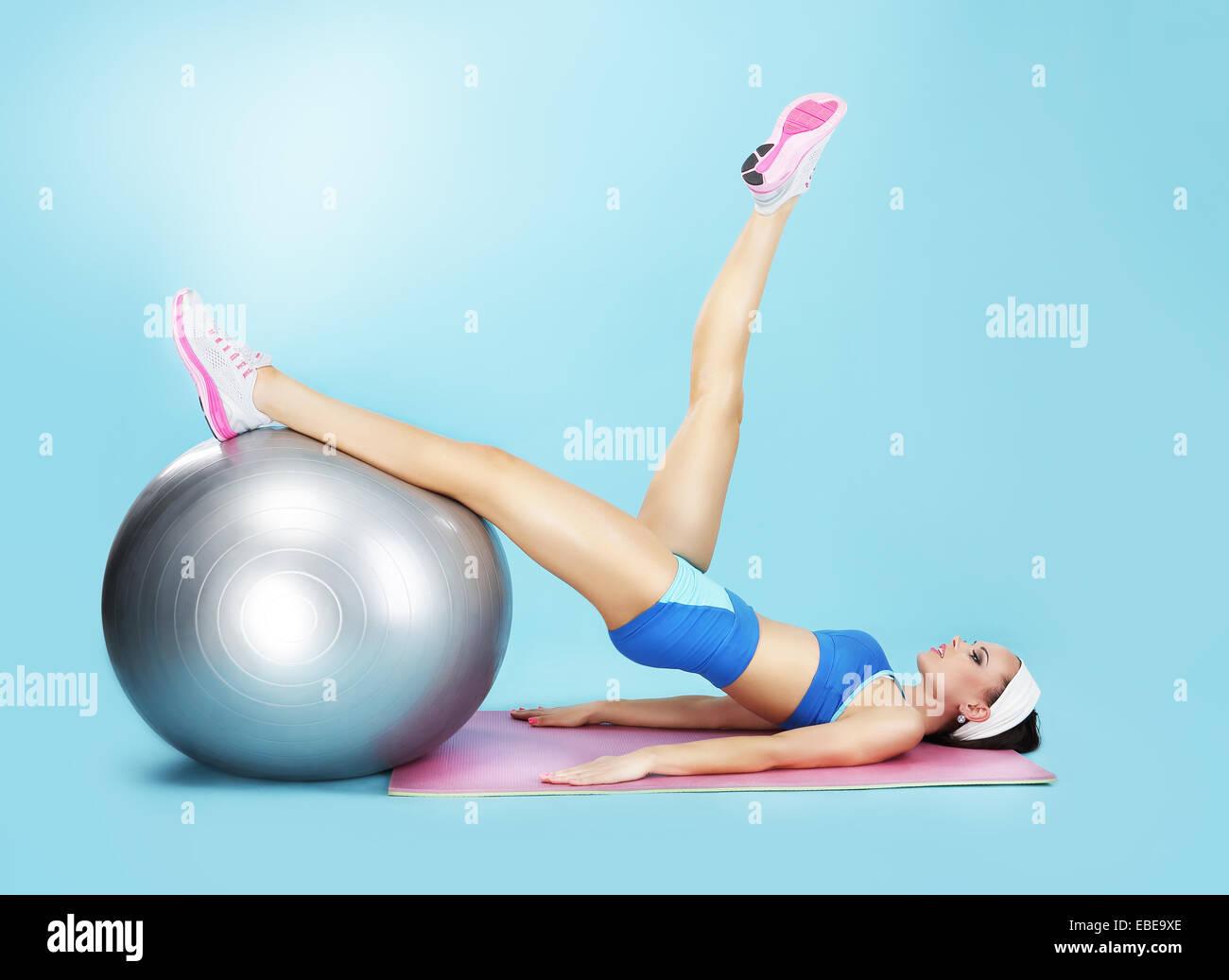 Aerobics. Sportlerin im Sportverein mit Fitness-Ball Stockbild