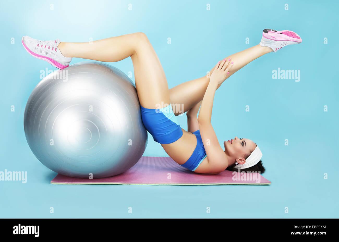 Wellness-Konzept. Frau in Sportkleidung mit Sportgeräten Stockbild