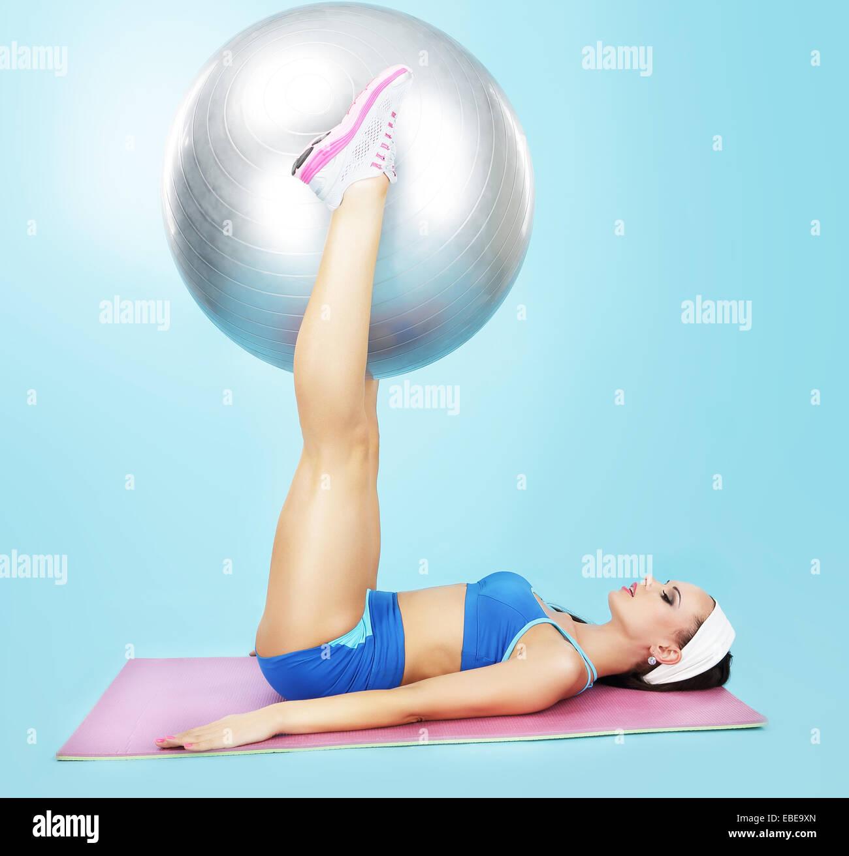 Fitness-Studio. Wellness. Sportliche Frau mit Fitness-Ball Stockbild