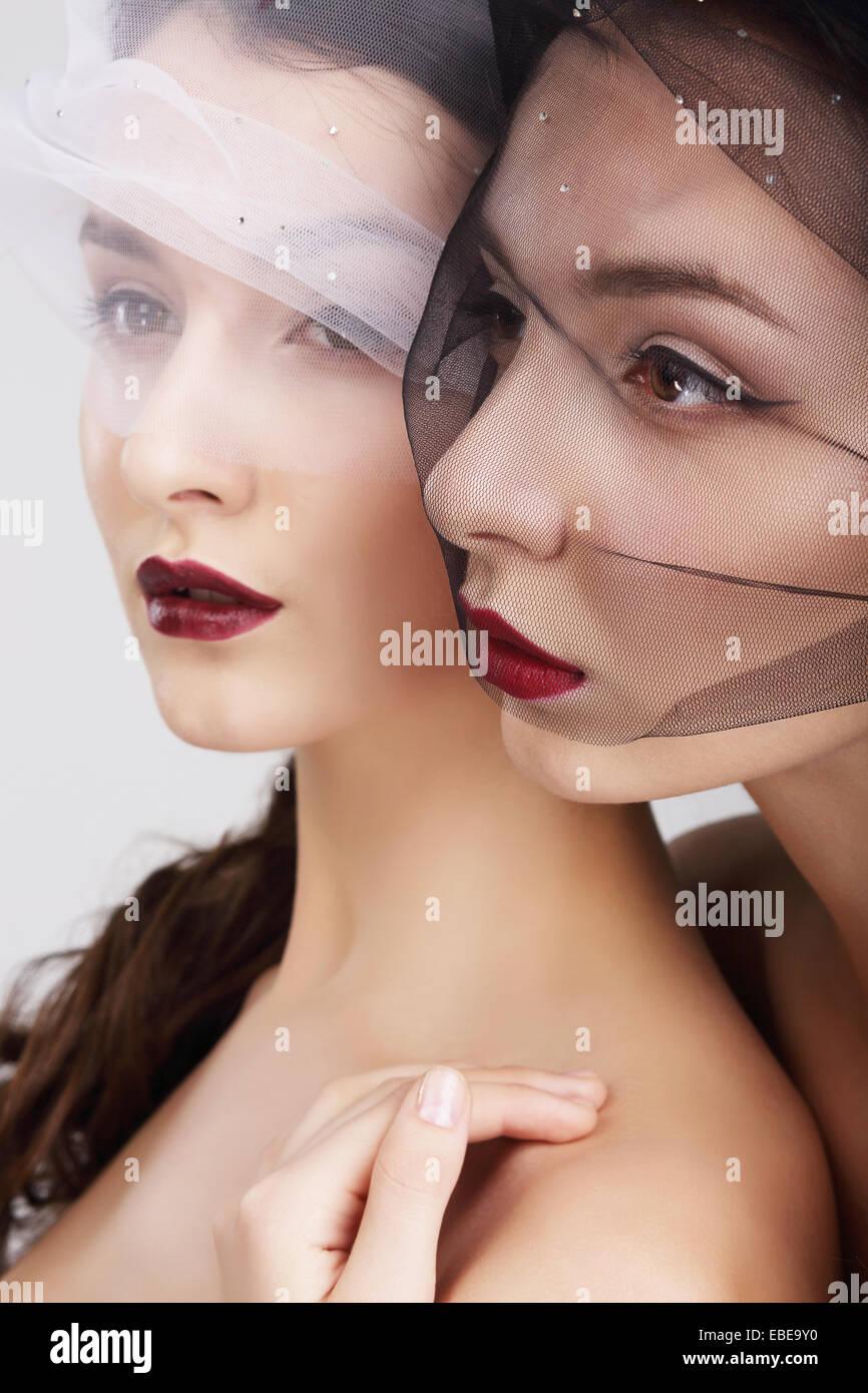 Vorliebe. Zwei Frauen in Schleier umarmen Stockbild