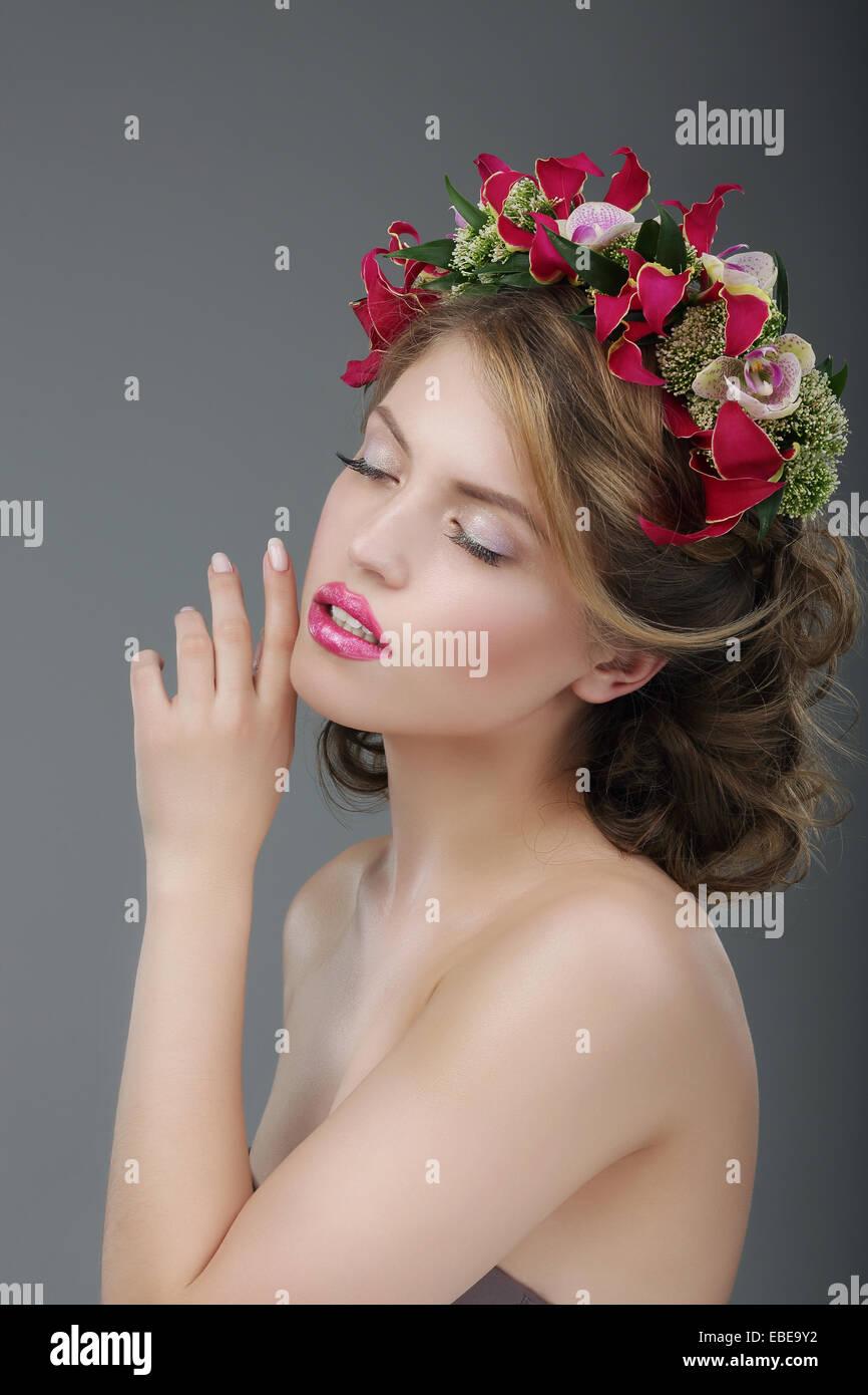 Sinnlichkeit. Luxuriöse weiblich mit klassischen Kranz von Blumen Stockbild