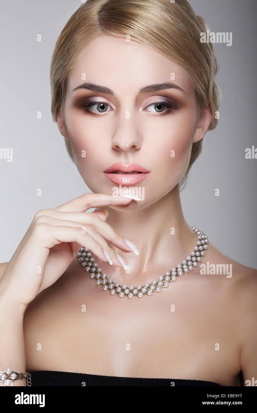 Anspruchsvolle aristokratischen noblen Dame mit Perlmutt Halskette Stockfoto