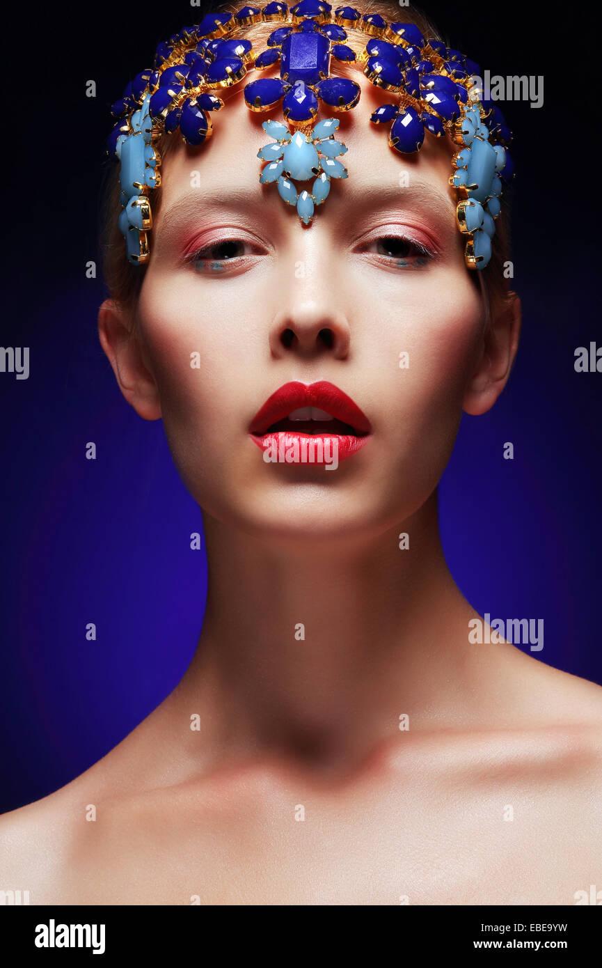 Künstlerische weiblich mit Deko - Diadem mit Juwelen Stockbild