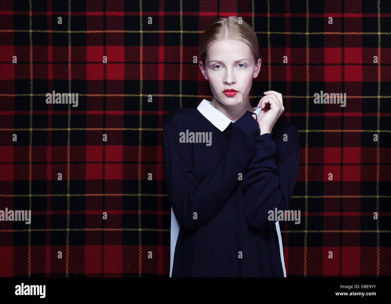 Trendige junge Frau über abstrakten Stoff Hintergrund Stockbild