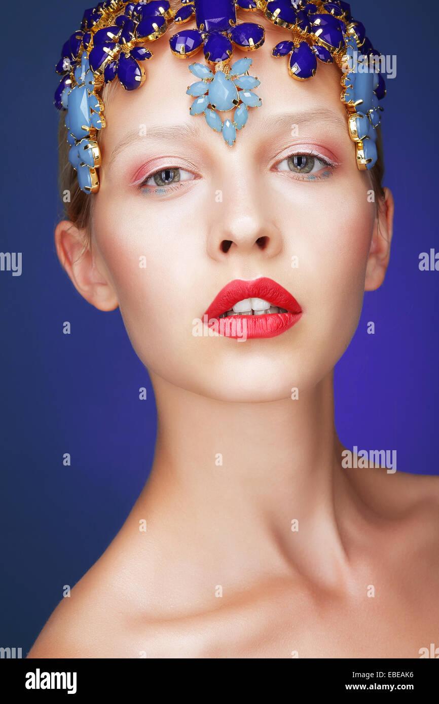Kunstfertigkeit. Studio-Porträt der jungen Frau mit Juwelen Stockbild