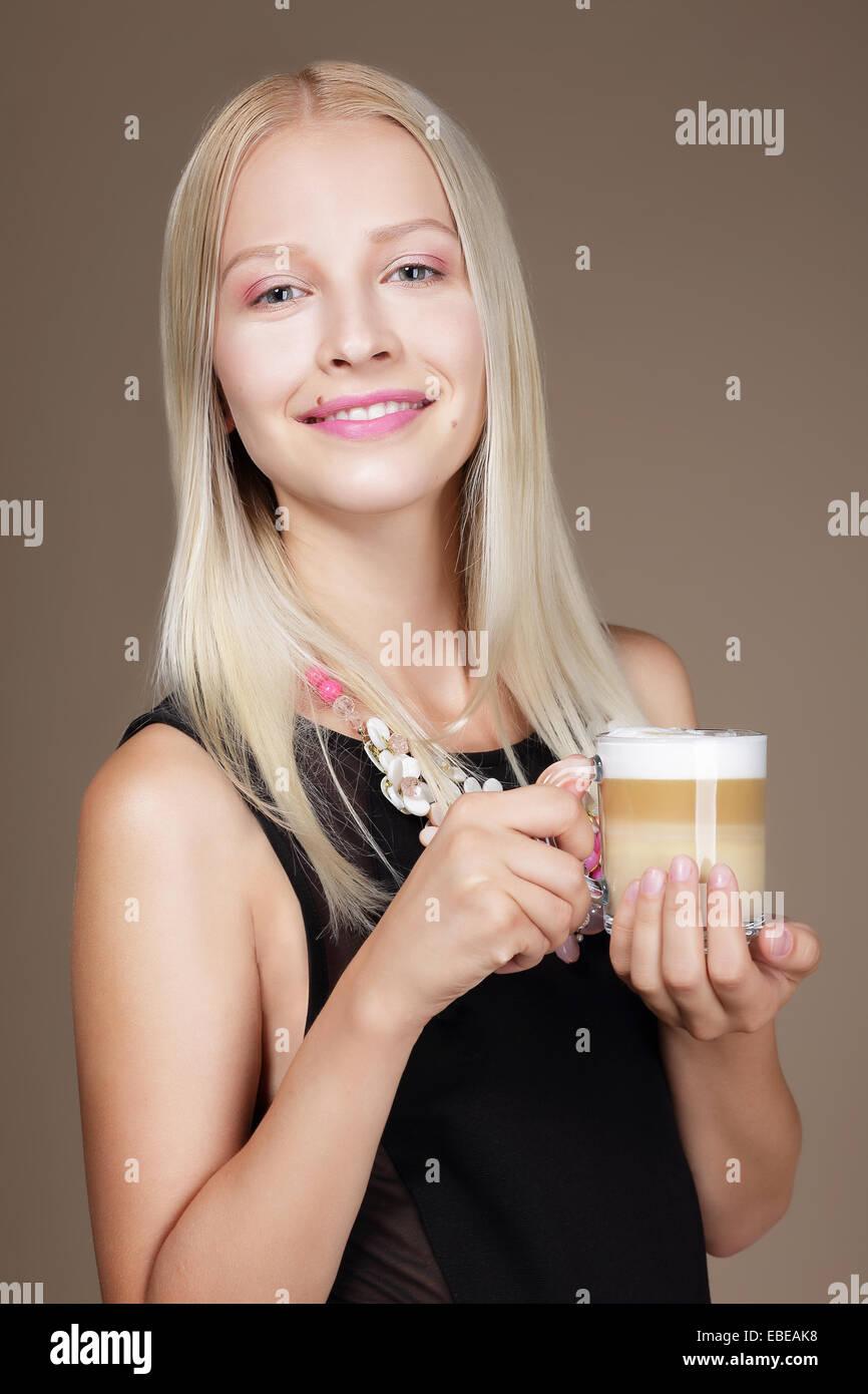 Freude. Frau Blondine hält Morgenkaffee Stockbild