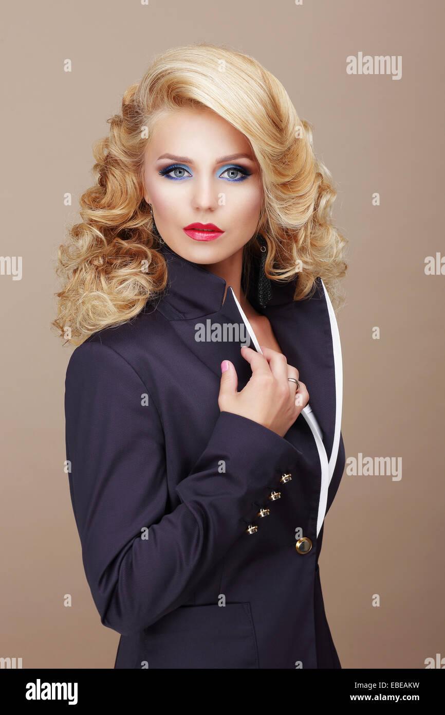 Charisma. Geschäftsmäßig Frau Blondine im blauen Anzug Stockbild