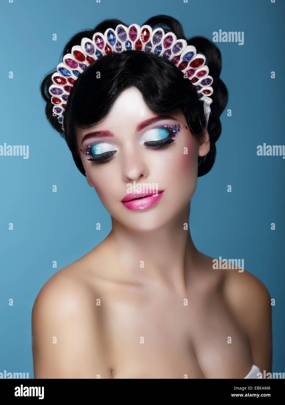 Luxuriöse verträumte weiblich mit hellen Make-up und Kunst Diadem Stockbild