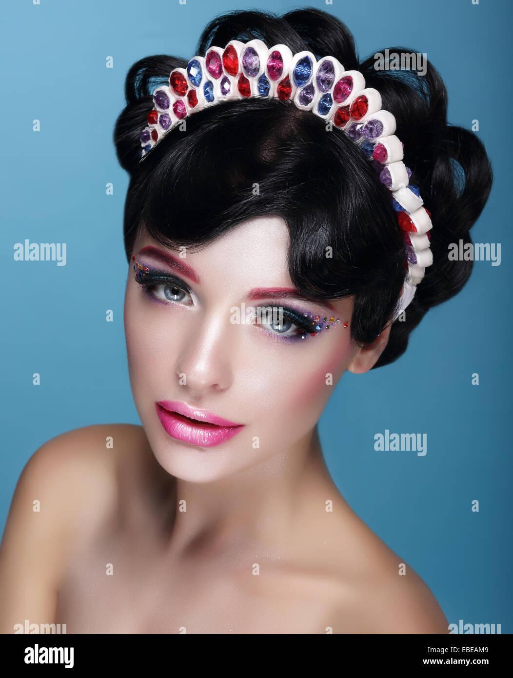 Glamour. Schöne Brünette in Krone mit Juwelen Stockbild