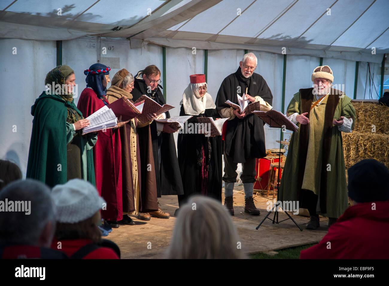 Ein Chor auf der Bühne in mittelalterlichen Kostümen am Ludlow ...