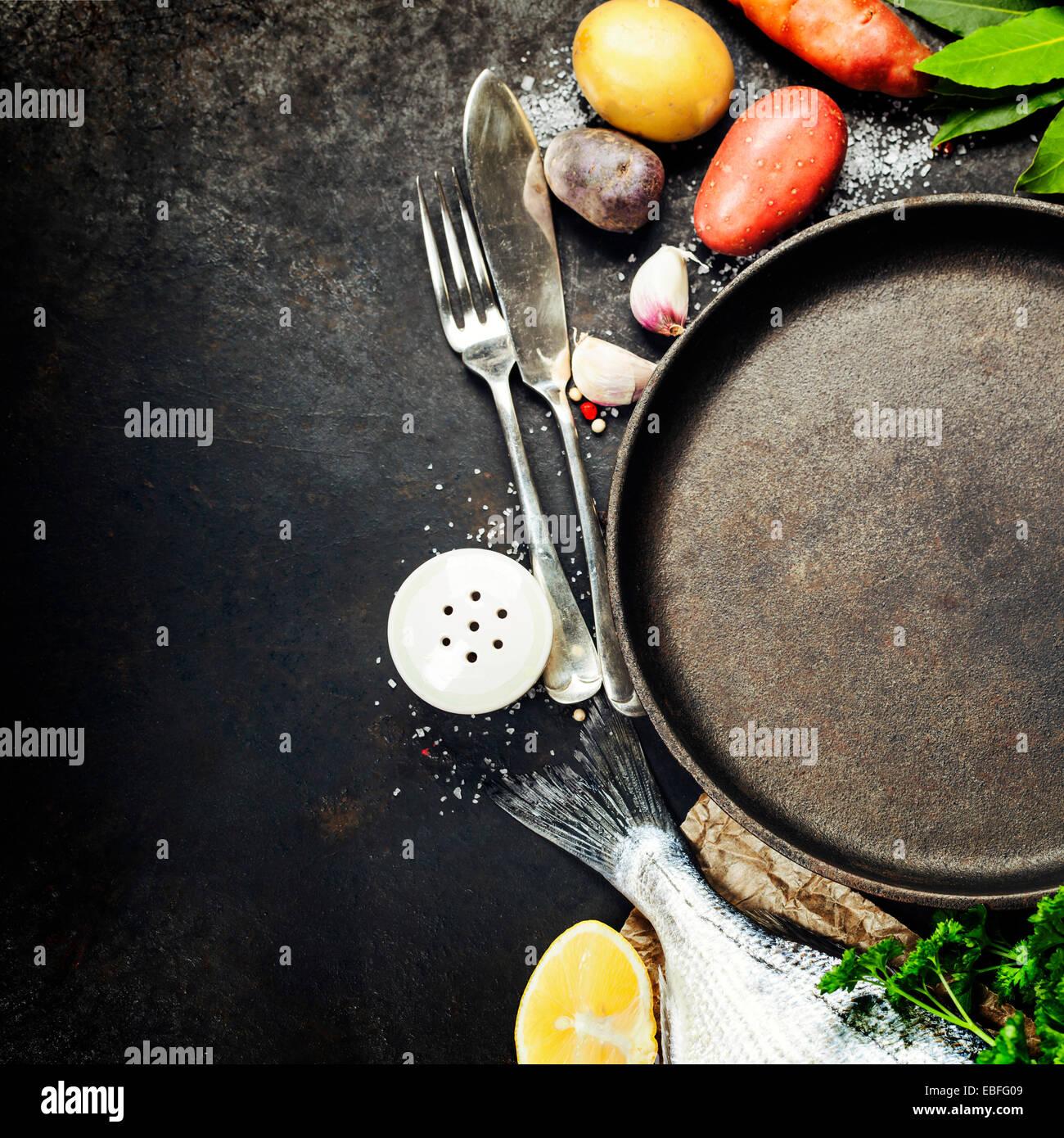 Essen-Hintergrund mit Fisch und Gemüse. Viele Textfreiraum Stockbild