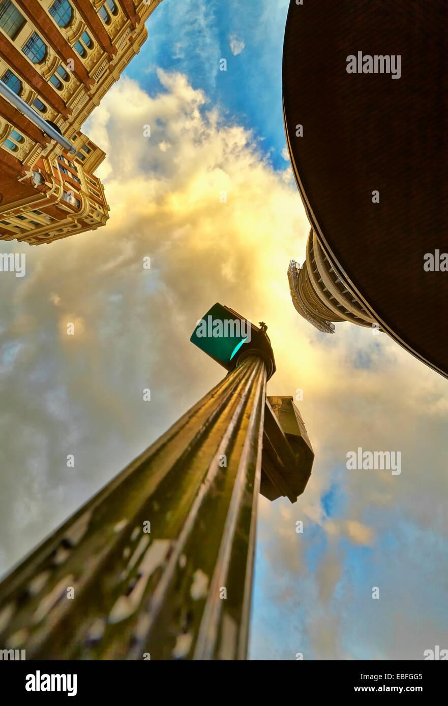 Niedrigen Winkel Aussicht auf Ampeln und Gebäude in Callao Platz. Madrid. Spanien Stockbild