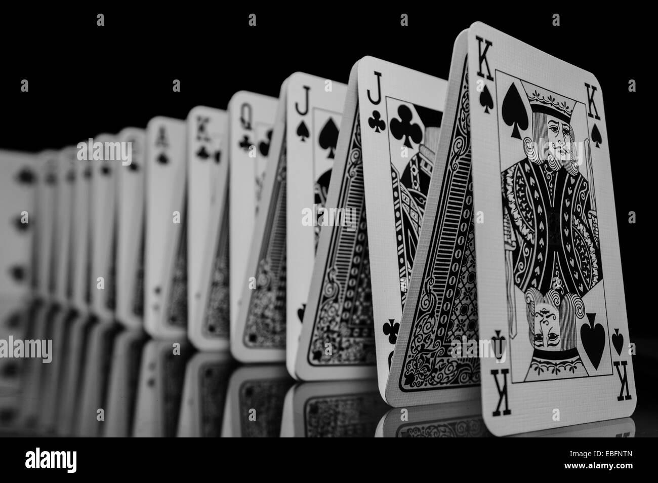 Eine Reihe von Spielkarten in Bildung, reflektiert auf der Tabelle unten. Stockfoto
