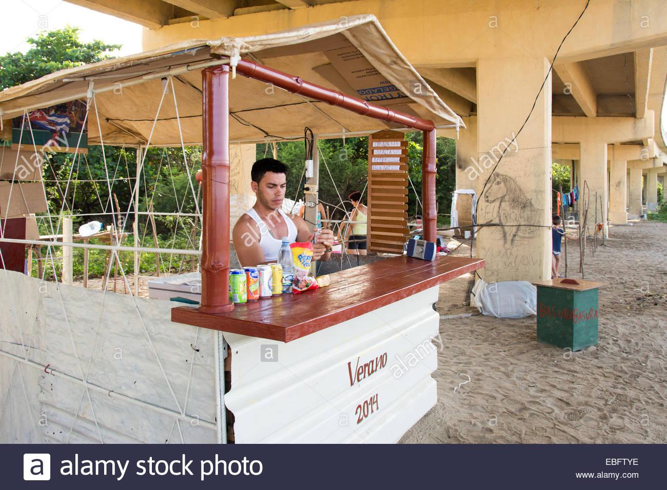 Weniger Glück Urlaub favorisierten Kubaner unter einer Brücke in Cabagan, einer Kleinstadt in der Nähe Stockbild