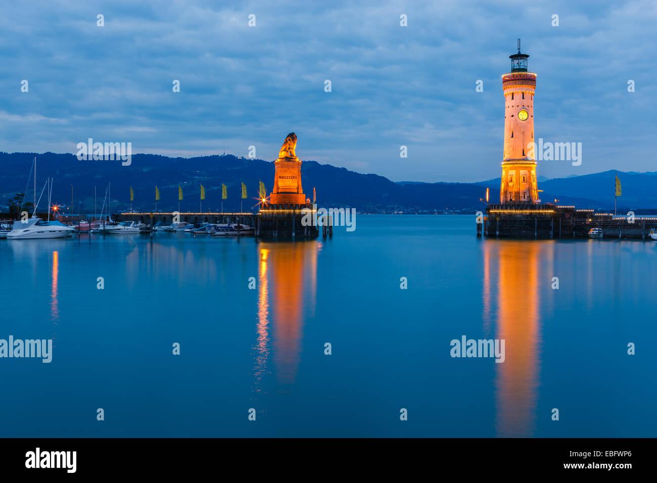 Blick auf die Hafeneinfahrt und Leuchtturm in der Nacht in Lindau am See Constance, Bayern, Deutschland Stockbild