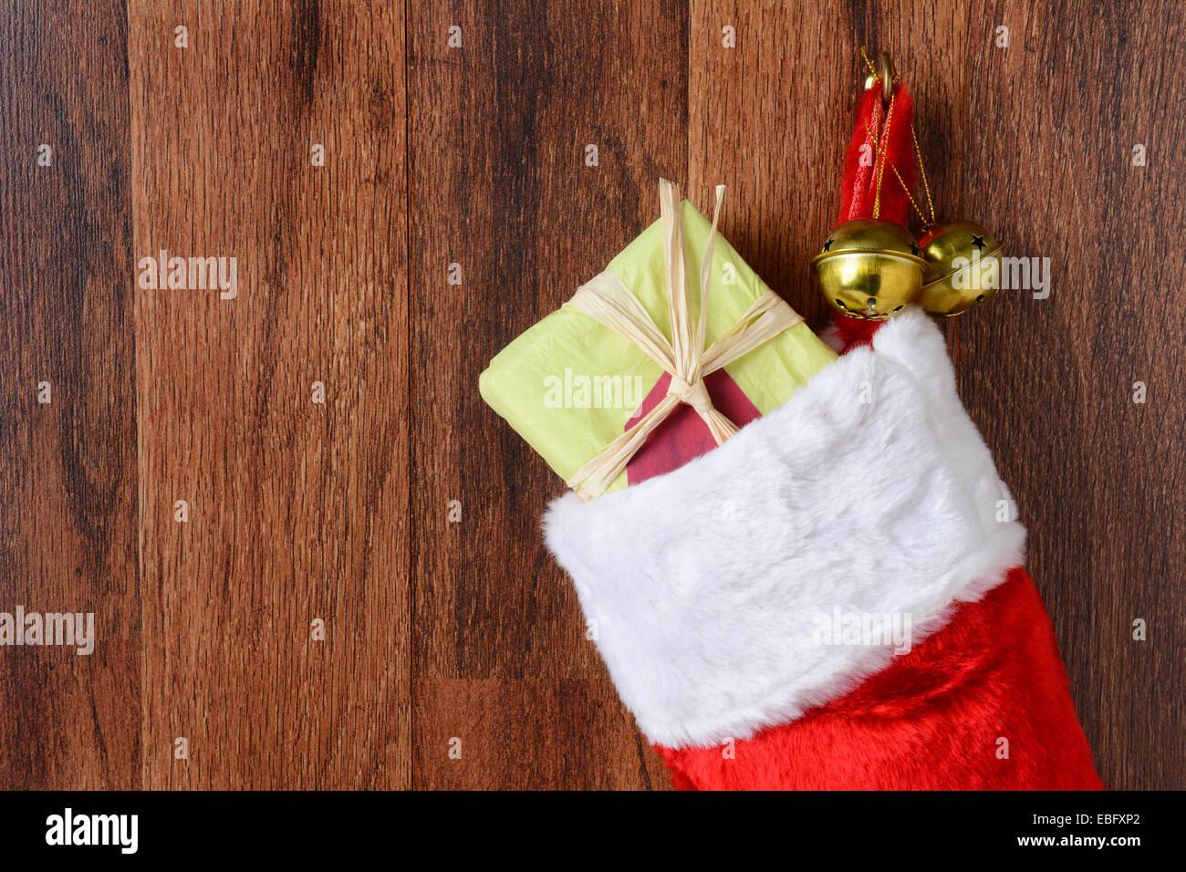 Nahaufnahme von einem Weihnachts-Strumpf voller Geschenke von einem ...