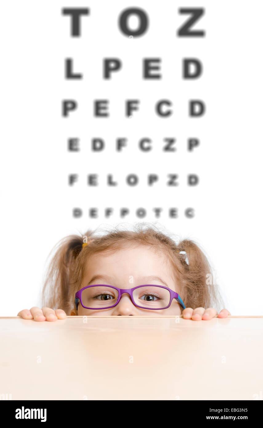 Lustiges Mädchen in Brillen mit Sehtafel Stockbild