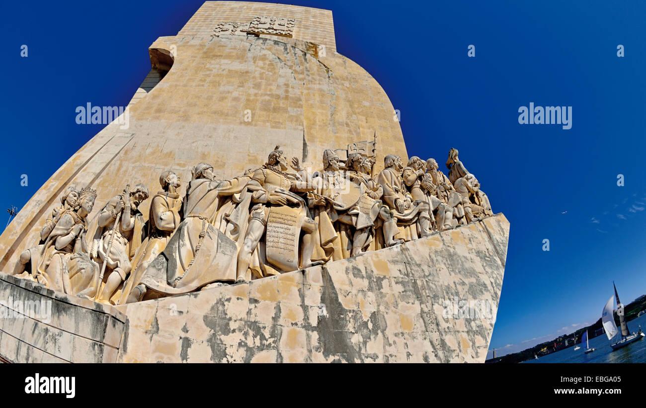 Portugal, Lissabon: Fisheye Blick auf den Discovery´s Denkmal und Segelboote am Tejo Stockbild