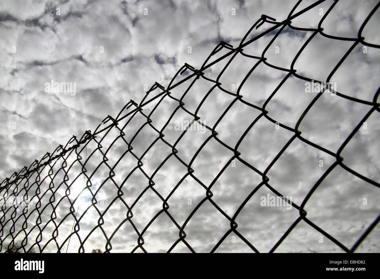 Diamond Mesh Fence Stockfotos & Diamond Mesh Fence Bilder - Alamy