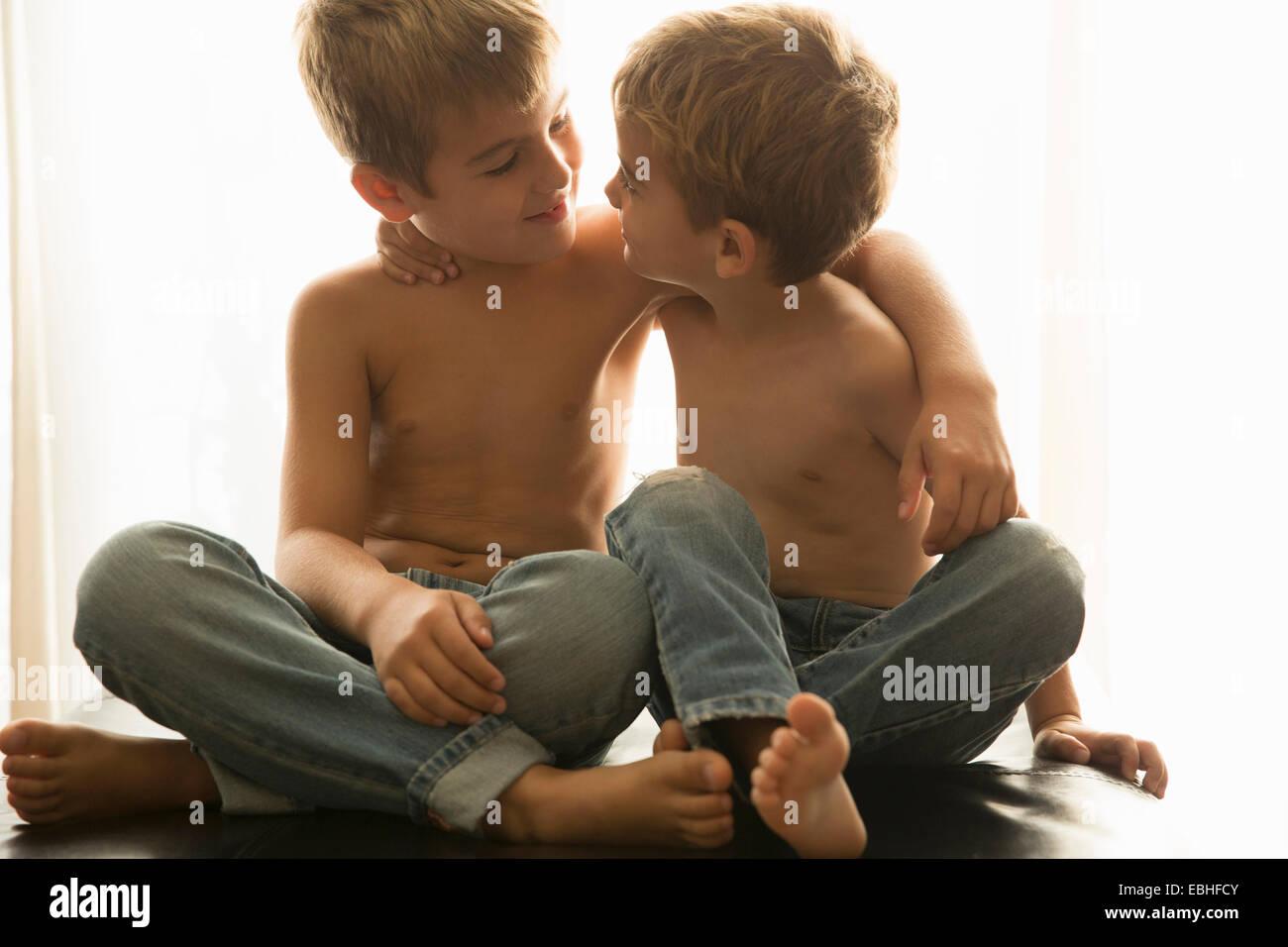 Brüder zu Hause kleben Stockbild