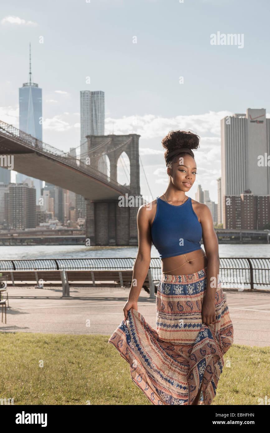 Junge Frau, die Brooklyn Bridge Park, New York, USA Stockbild