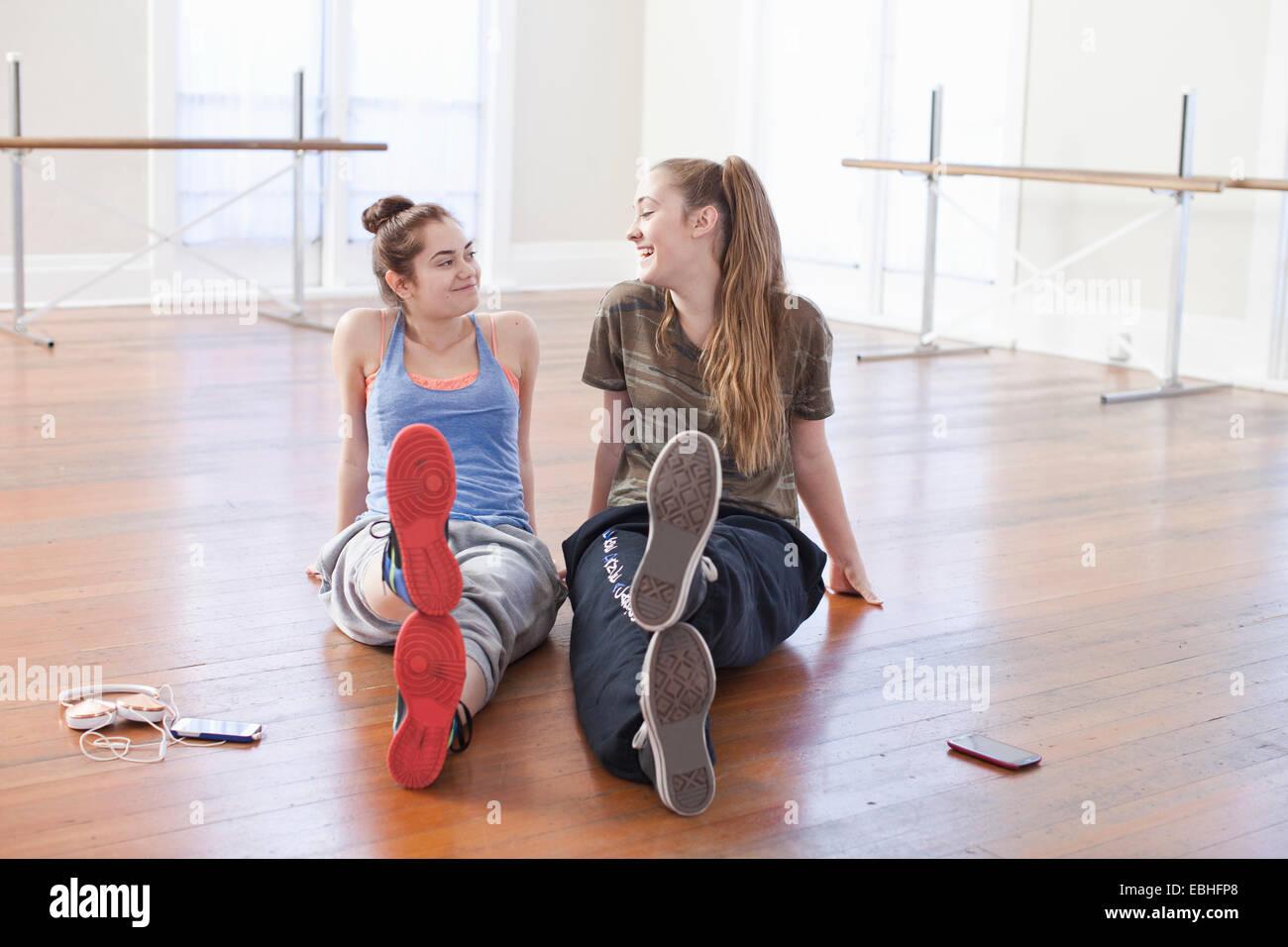Zwei Mädchen im Teenageralter im Chat in der Ballettschule Stockbild