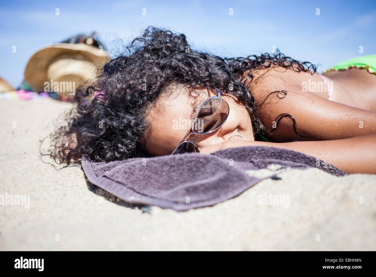 Mädchen, Sonnenbaden am Strand, Truro, Massachusetts, Cape Cod, USA Stockbild