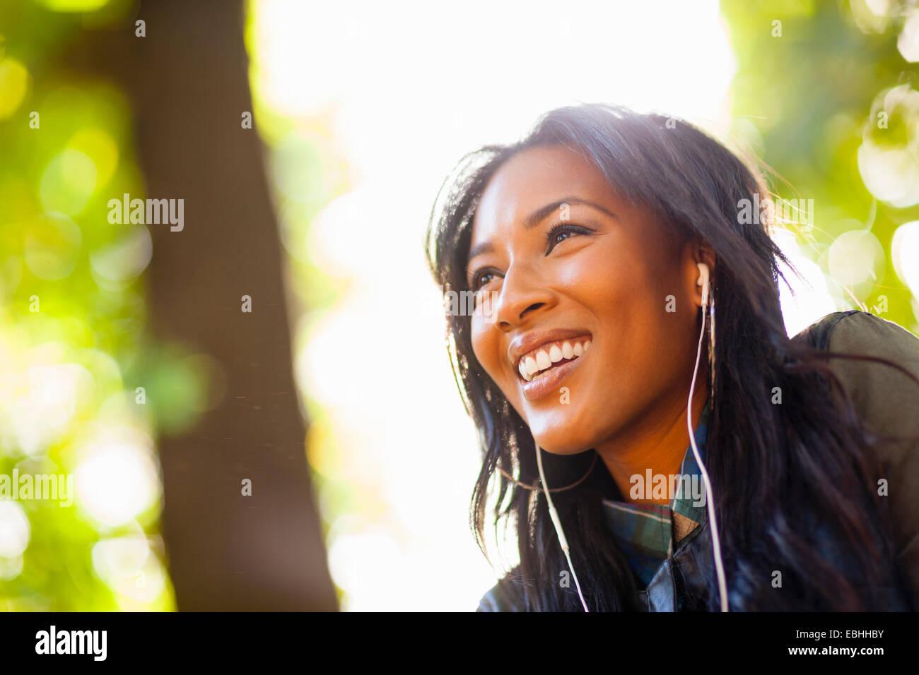 Junge Frau mit breiten Lächeln im park Stockbild