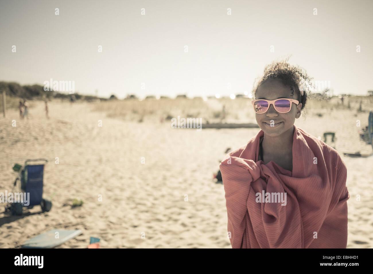 Mädchen gewickelt Handtuch am Strand, Truro, Massachusetts, Cape Cod, USA Stockbild