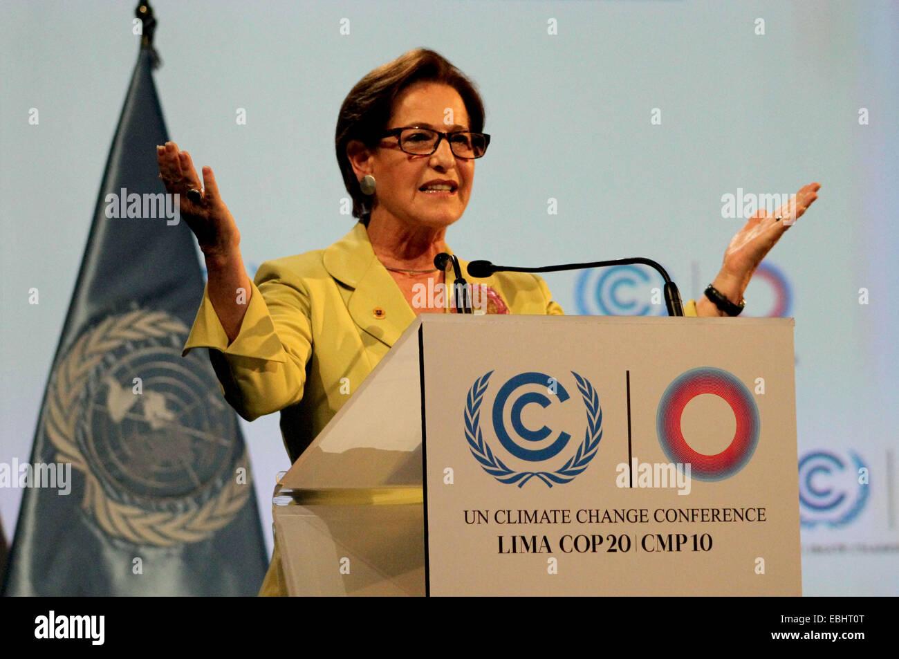 Lima, Peru. 1. Dezember 2014. Limas Bürgermeister Susana Villaran hält eine Rede bei der feierlichen Eröffnung Stockbild