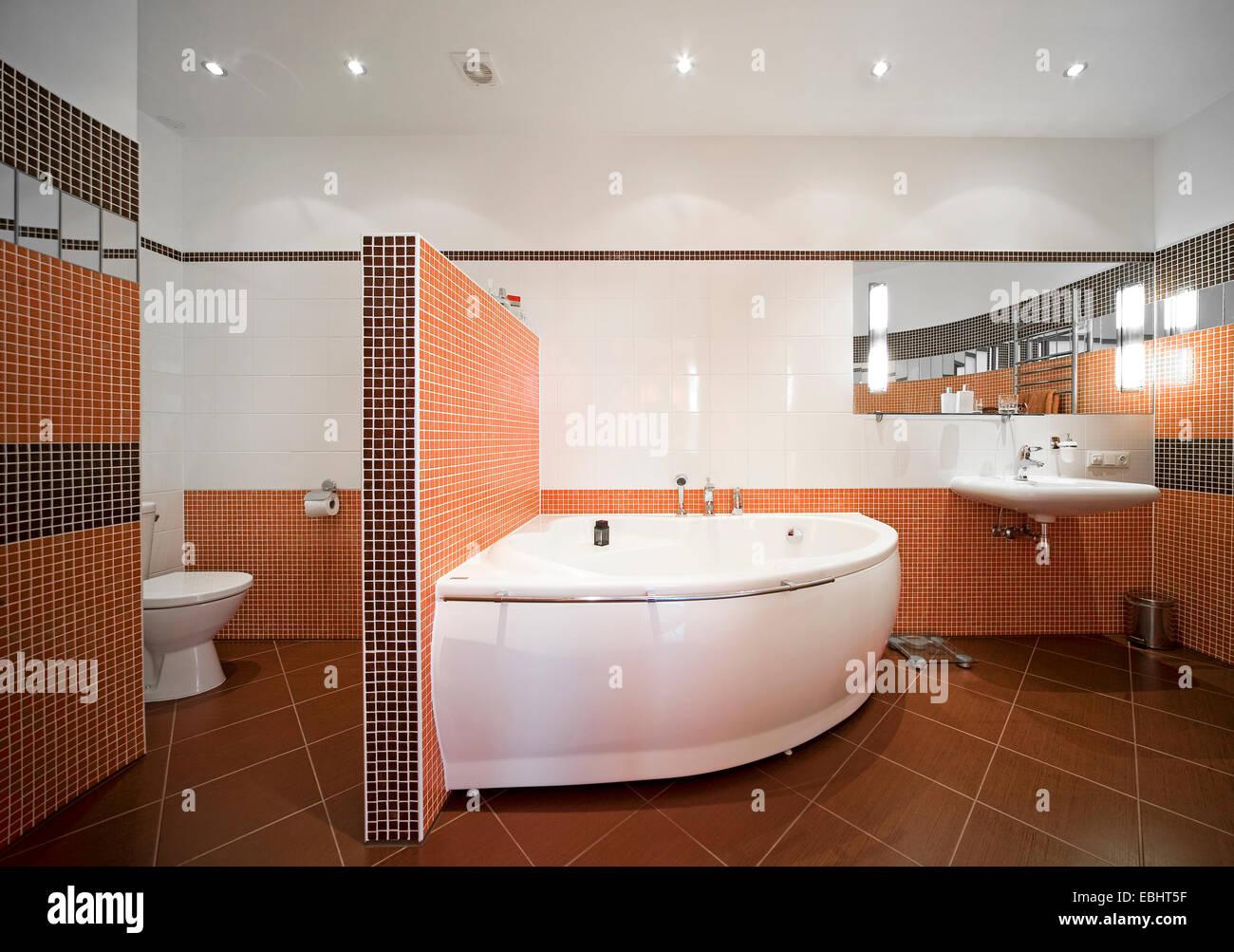 Modernes Badezimmer Interieur, Duschkabine, Spiegel, Waschbecken ...